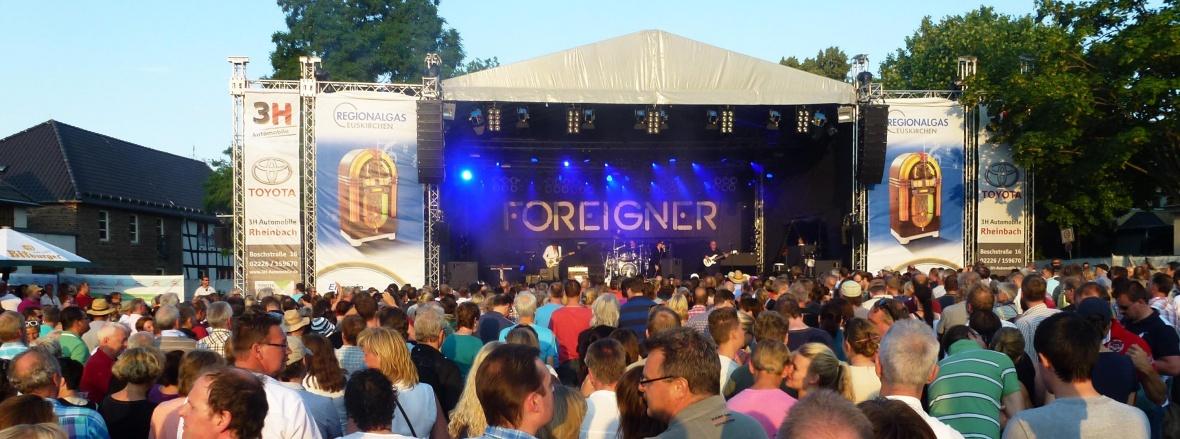 Weltbekannte-Rockbands der 60er, 70er und 80er ziehen die Rockfans aus Nah und Fern an.